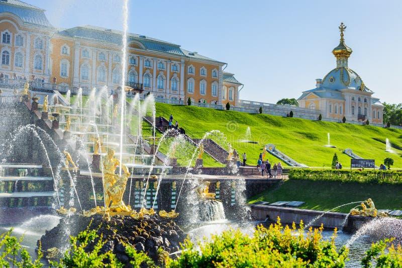 Fontes grandes da cascata e palácio grande em Petergof fotos de stock royalty free