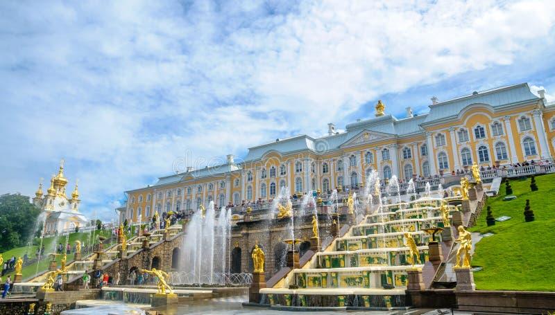 Fontes grandes da cascata no palácio de Peterhof em Petersburgo, Rússia foto de stock