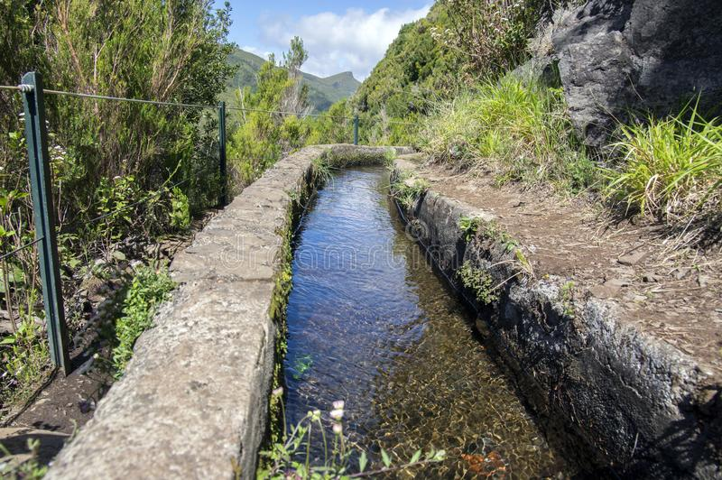 Fontes Levada das 25, взгляд детали оросительного канала, touristic тропа, Rabacal, остров Мадейры, Португалия стоковое фото