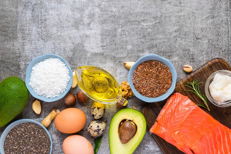 Fonti dell'alimento di Omega 3 e di grassi insaturi Concetto di alimento sano Cheto o dieta Ketogenic Vista superiore fotografia stock libera da diritti