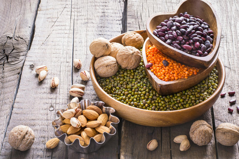 Fonti di proteina vegetale raccolta di vari legumi e dadi fotografia stock