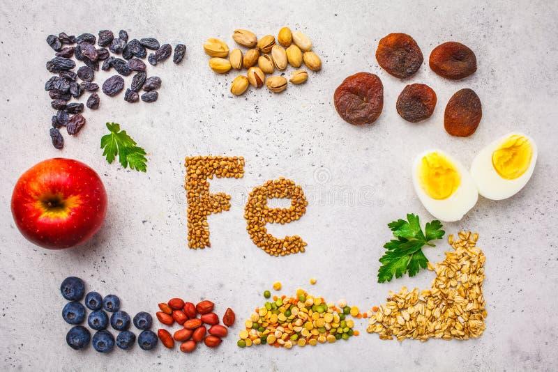 Fonti sane del prodotto di ferro Vista superiore, fondo dell'alimento, ingredienti del Fe su un fondo bianco fotografia stock