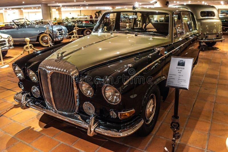 FONTVIEILLE, MÓNACO - JUNIO DE 2017: arena negra DAIMLER DS 420 1970 en museo de la colección de los coches del top de Mónaco fotos de archivo