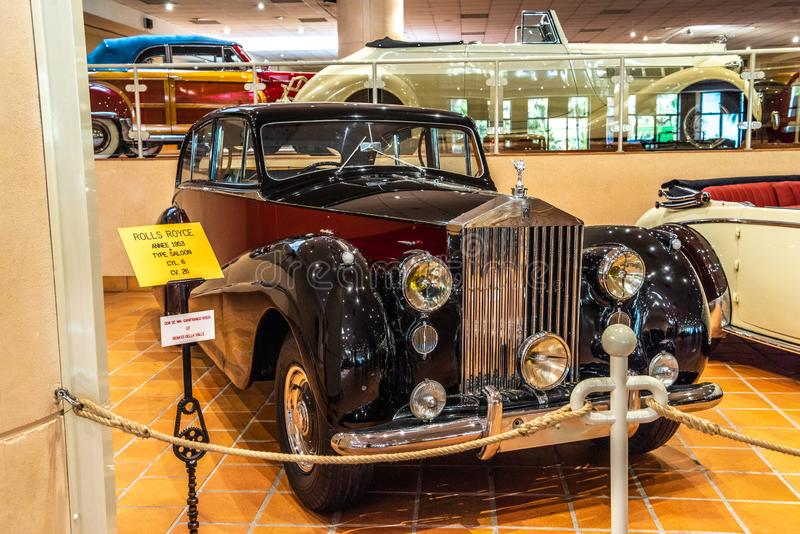 FONTVIEILLE, MÔNACO - EM JUNHO DE 2017: BAR marrom 1953 de ROLLS ROYCE no museu da coleção dos carros da parte superior de Mônaco fotos de stock