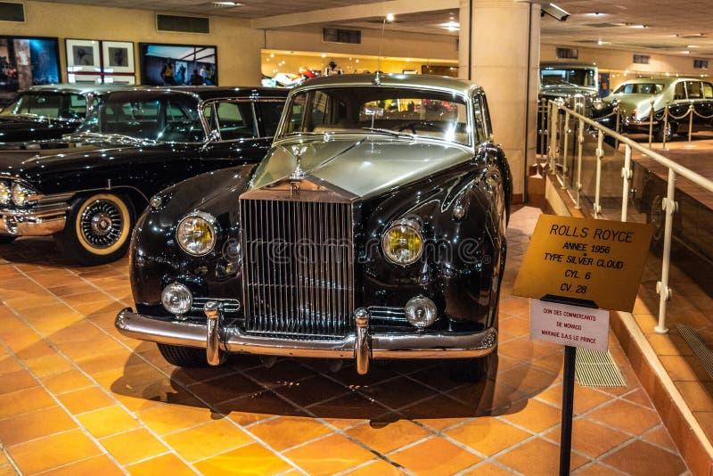 FONTVIEILLE, MÔNACO - EM JUNHO DE 2017: NUVEM DE PRATA de prata preta 1956 de ROLLS ROYCE no museu da coleção dos carros da parte fotografia de stock royalty free