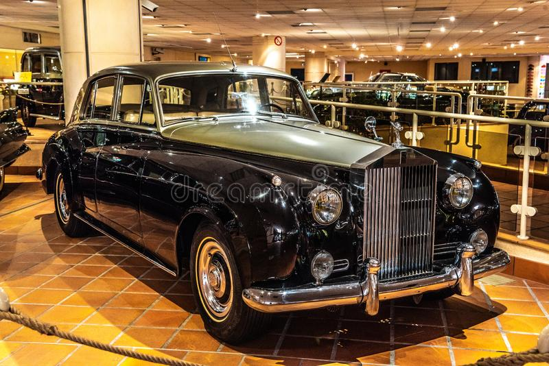 FONTVIEILLE, MÔNACO - EM JUNHO DE 2017: NUVEM DE PRATA de prata preta 1956 de ROLLS ROYCE no museu da coleção dos carros da parte fotografia de stock