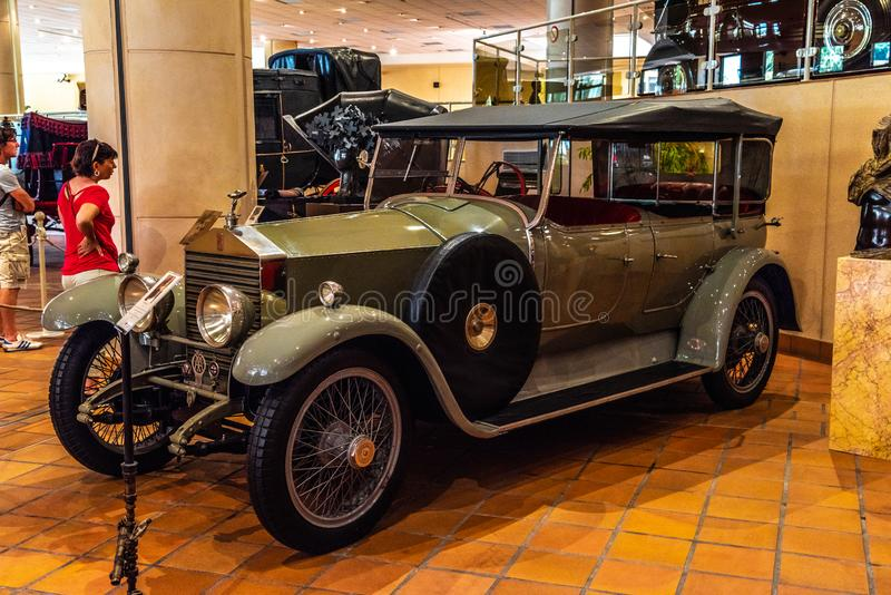 FONTVIEILLE, MÔNACO - EM JUNHO DE 2017: ROLLS ROYCE verde VINTE 1927 no museu da coleção dos carros da parte superior de Mônaco imagens de stock royalty free