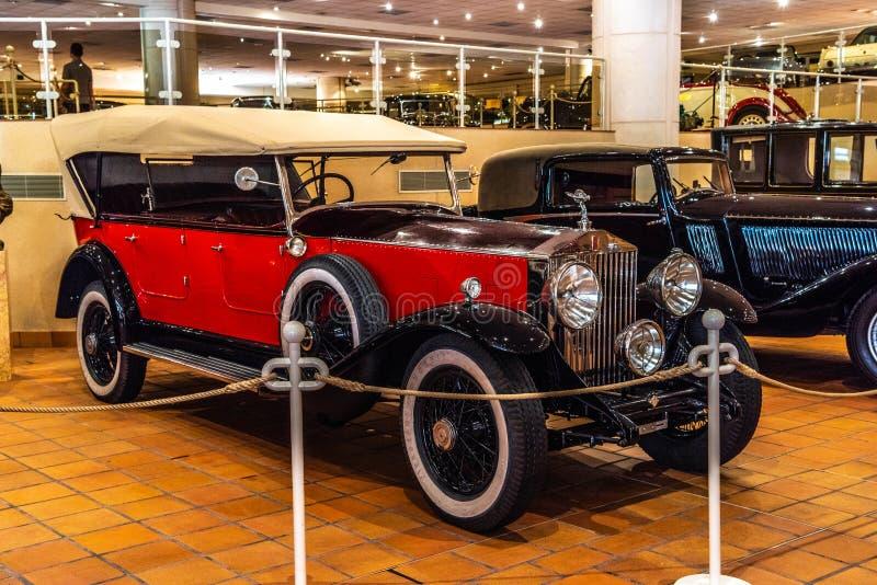 FONTVIEILLE, MÔNACO - EM JUNHO DE 2017: ROLLS ROYCE vermelha no museu da coleção dos carros da parte superior de Mônaco foto de stock royalty free