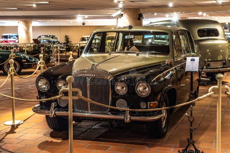 FONTVIEILLE, MONACO - JUIN 2017 : sable noir DAIMLER DS 420 1970 dans le musée de collection de voitures de dessus du Monaco photos libres de droits