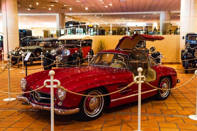 FONTVIEILLE MONACO, JUN, - 2017: czerwona MERCEDEZ 300SL terenówka 1960 w Monaco wierzchołka samochodów kolekcji muzeum obraz stock