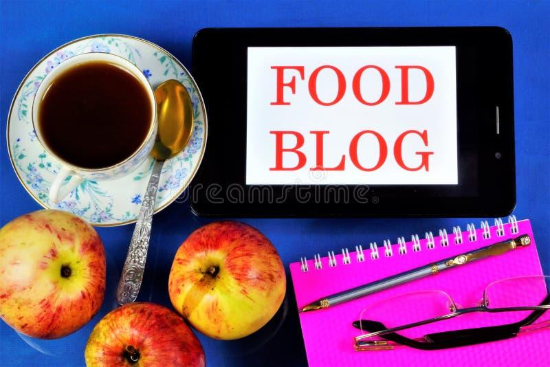Food Blog for Internet Networking, news, chats Um tablet de computador na Mesa do blogueiro, lendo óculos, um Bloco de Notas, uma imagem de stock royalty free