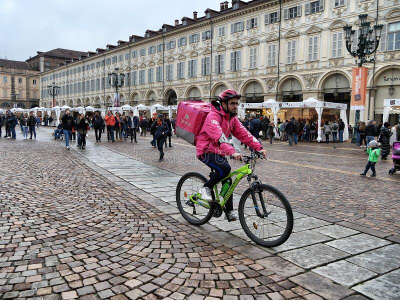 Foodora-Nahrungsmittelzustelldienstradfahrer auf Eile zu den Kunden Turin Italien am 11. November 2018 lizenzfreie stockbilder