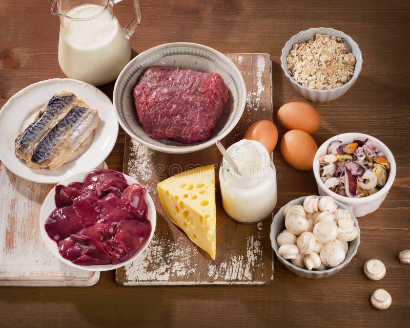 Foods högt i vitaminet B12 på en träbakgrund Sund ea arkivbilder