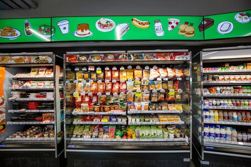 Foods och drycker på själven som är klar att äta på internationellt supermarketmärke 7 elva, shoppar arkivbild