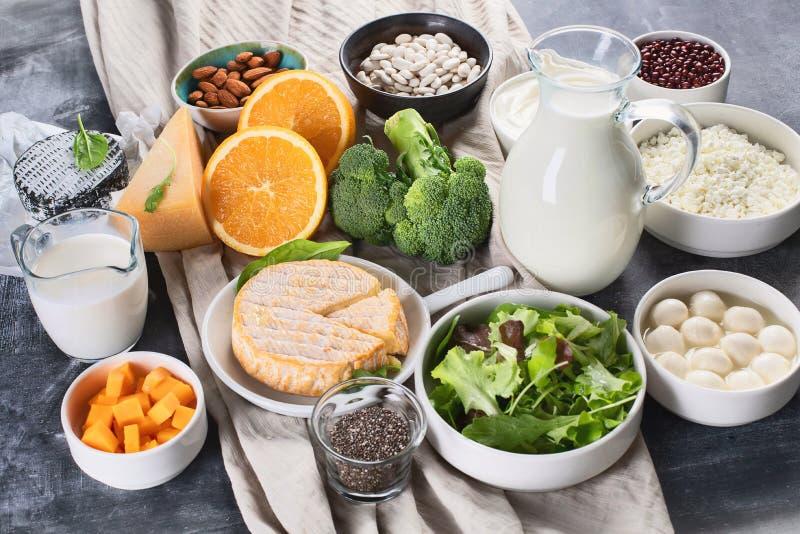 Foods som är rika i kalcier arkivfoton