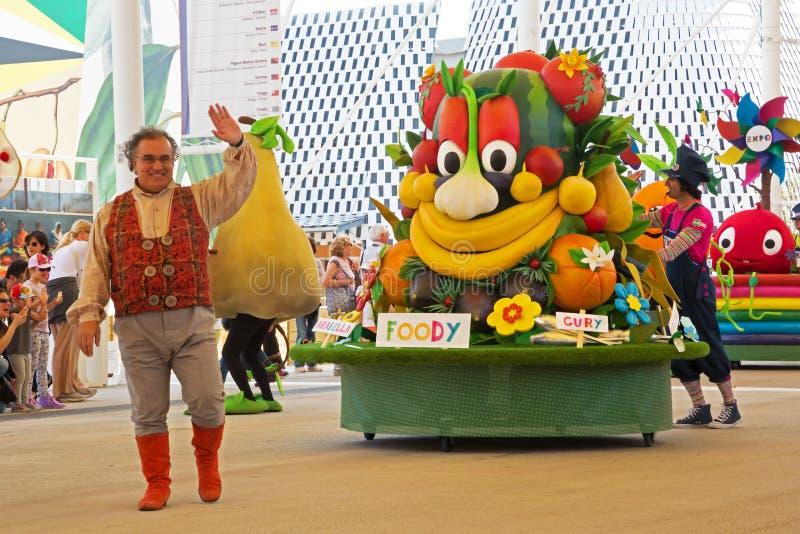 Foody, mascotte van Expo 2015, over parade stock afbeelding