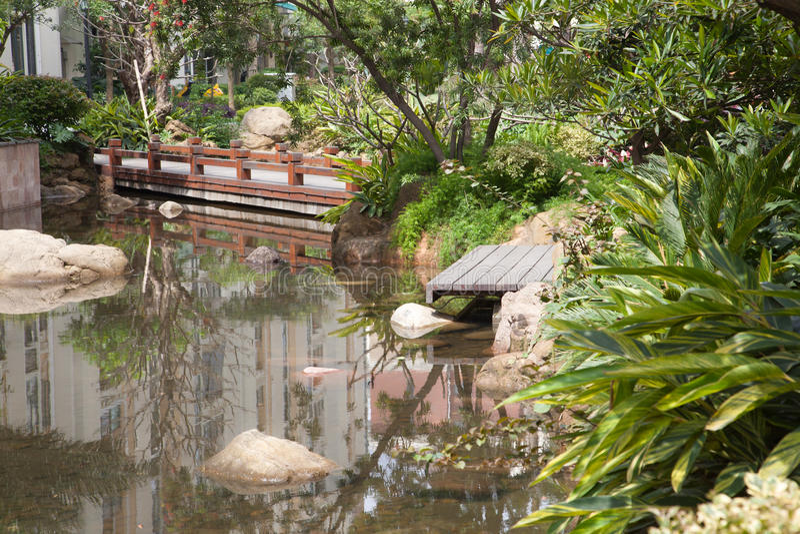 Foootbridge dans le jardin photo libre de droits