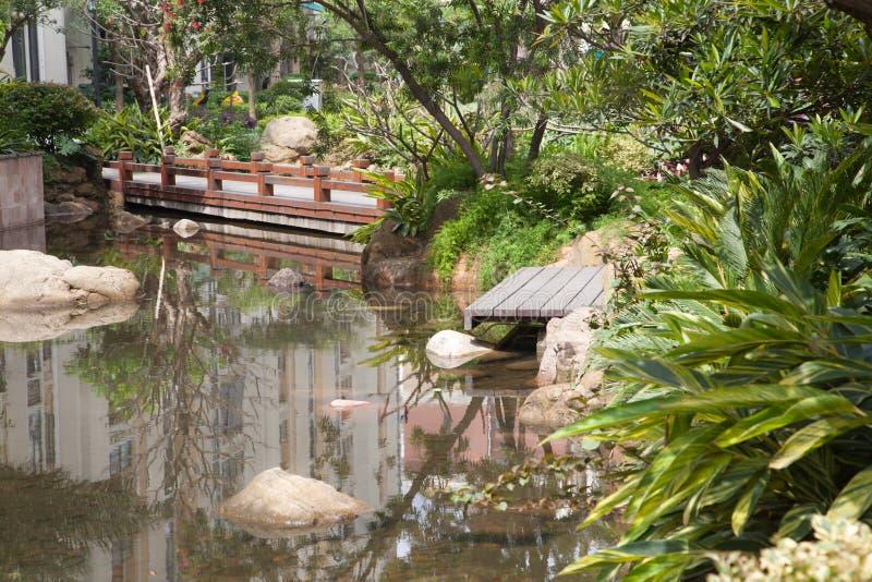 Foootbridge in giardino fotografia stock libera da diritti