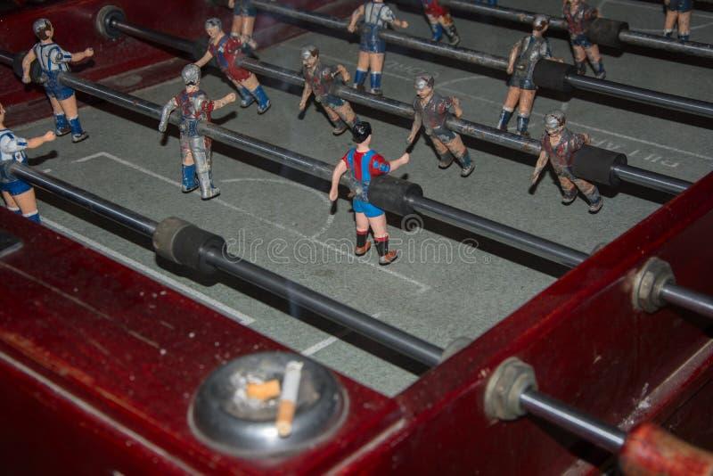 Foosball de ésos antes, con los jugadores de español y de Barcelona, una imagen que trae detrás memorias y emociones foto de archivo