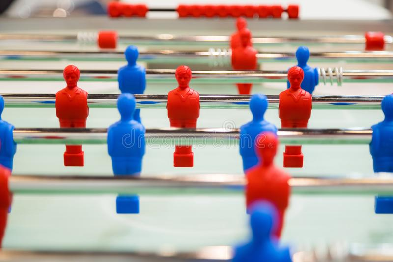 Foosball-Tabellenfußball Mannschaftssport, Tischfußballspielerspiel Wettbewerbsfähiges Gesellschaftsspiel stockfoto