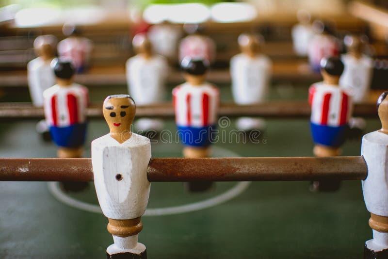 Foosballspelers in foosballspel stock foto