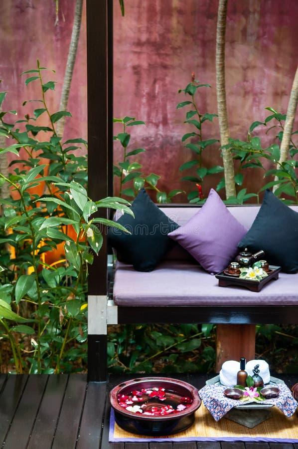Foot spa θεραπεία που θέτει στον τροπικό ταϊλανδικό κήπο θερέτρου στοκ φωτογραφίες