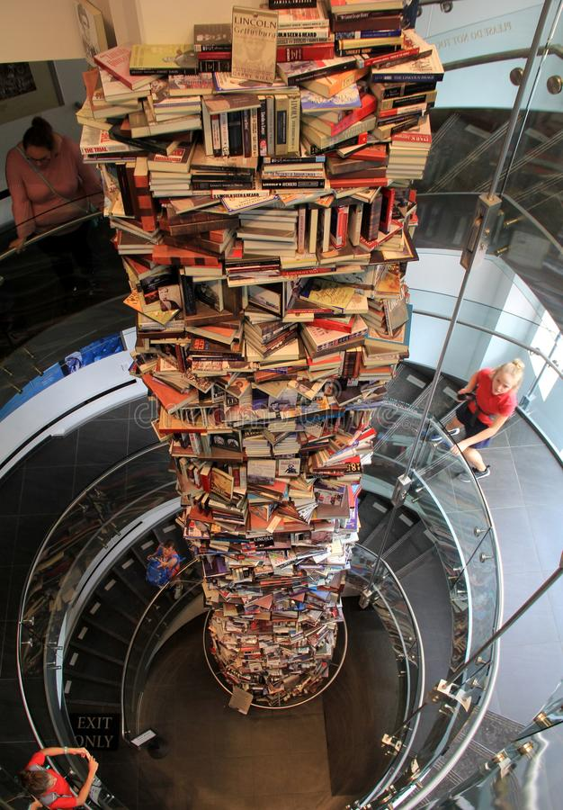 34-foot-stack dos livros cercados pela escadaria espiral de três andares, centro do teatro do ` s de Ford, C.C., 2017 foto de stock royalty free