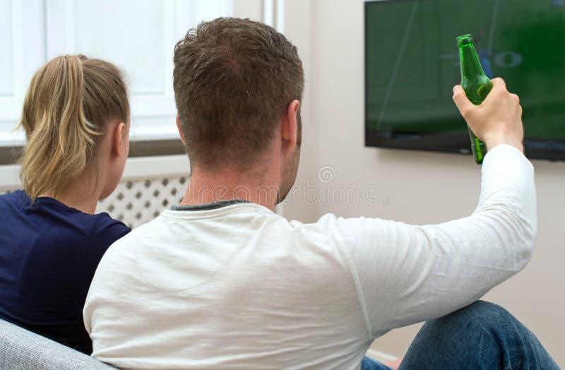 Football américain de observation de couples photos libres de droits