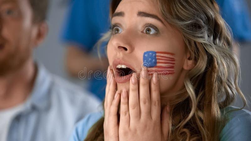 Football américain de observation de fille enthousiaste, s'inquiétant de la défaite de l'équipe préférée photos stock