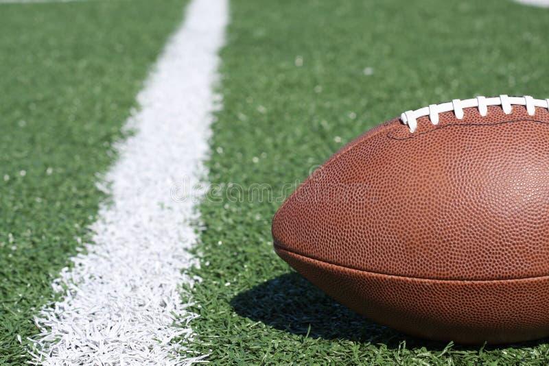 Football américain sur la zone d'herbe artificielle images stock