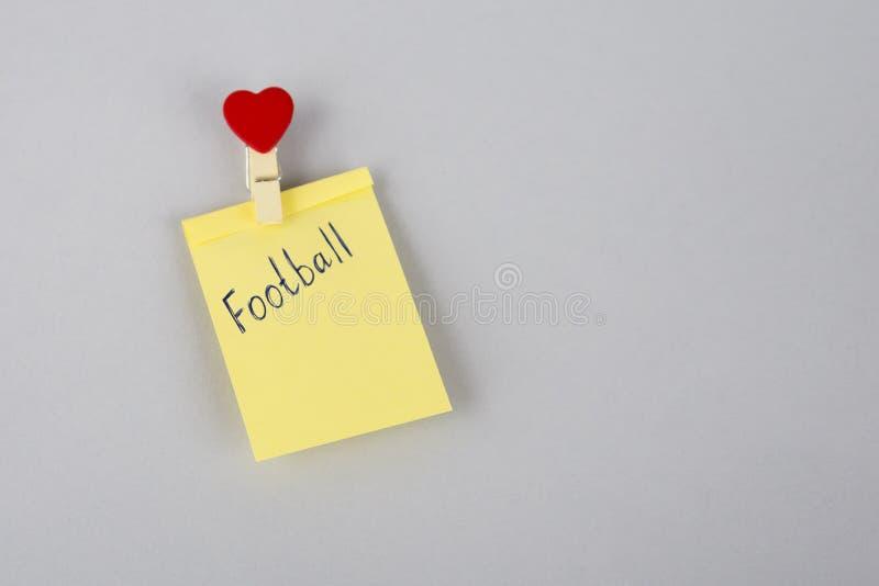 Football Match de football feuille de papier sur le réfrigérateur Note jaune sur le réfrigérateur Papier vide rappel jaune collan images libres de droits