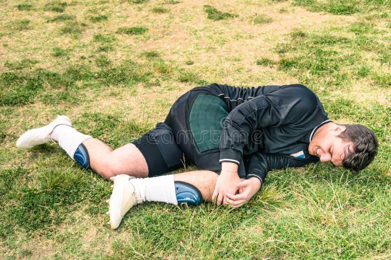 Footballeur blessé pendant le match de football amateur photographie stock