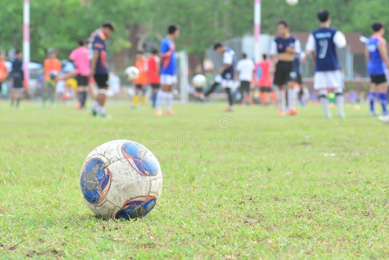 Footballeur brouillé d'enfant de fond dans l'académie photographie stock libre de droits