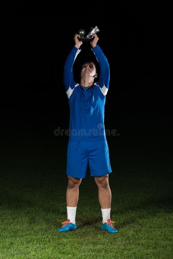 Footballeur célébrant Victory While Holding Win Coup photographie stock libre de droits
