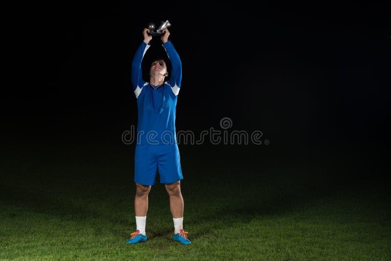 Footballeur célébrant Victory While Holding Win Coup photos libres de droits