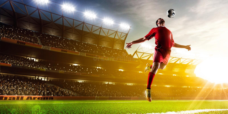 Footballeur dans le panorama d'action image libre de droits