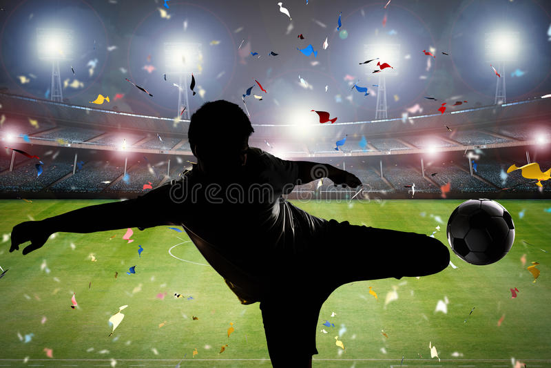 Footballeur de silhouette donnant un coup de pied la boule image libre de droits