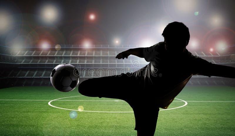 Footballeur de silhouette donnant un coup de pied la boule photo libre de droits