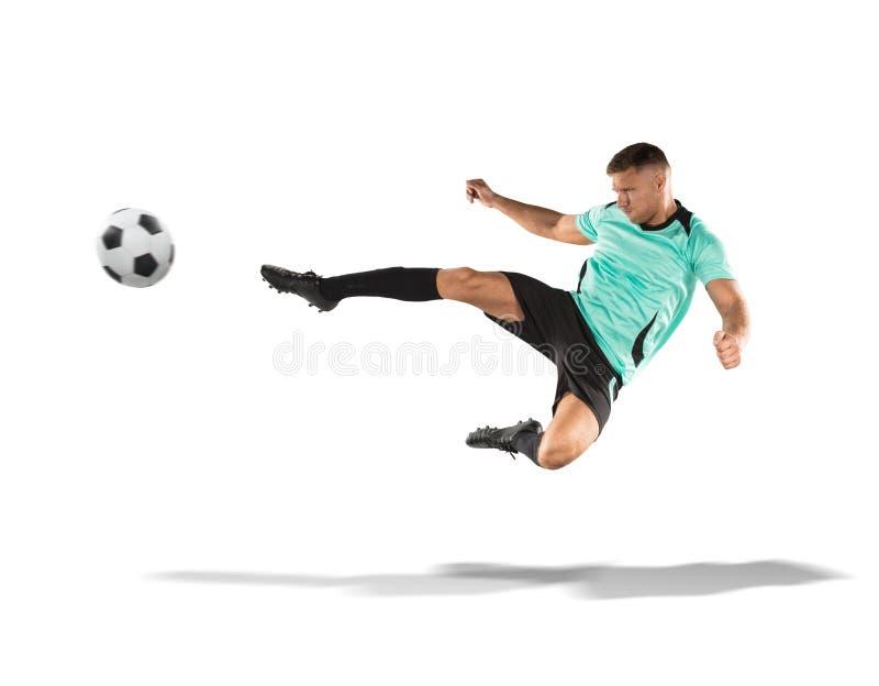 Footballeur donnant un coup de pied la boule dans le ciel d'isolement sur le blanc photographie stock libre de droits