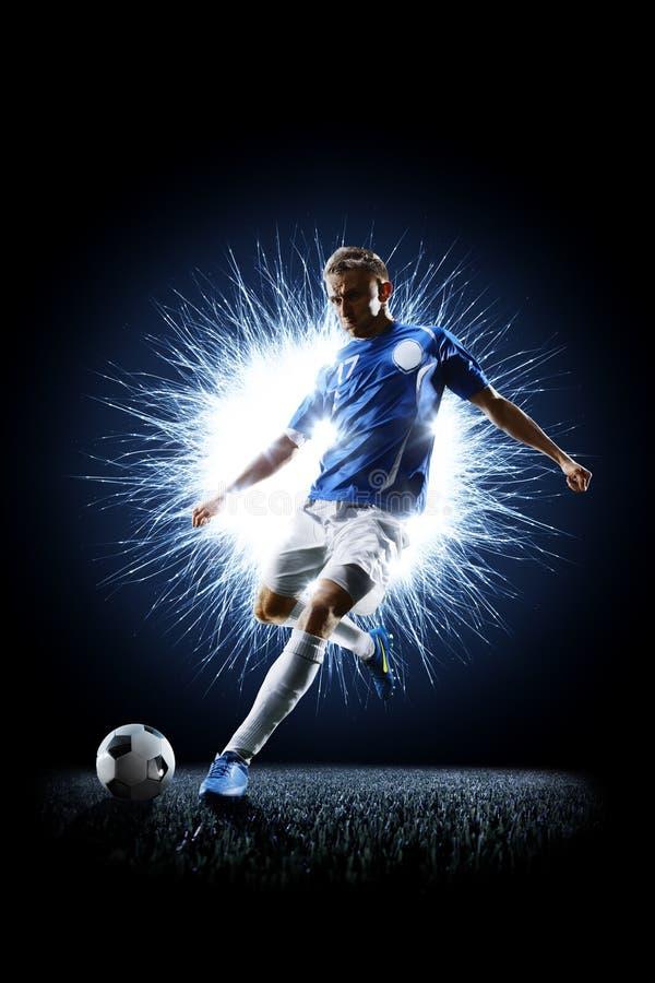 Footballeur du football professionnel dans l'action sur le noir photos stock