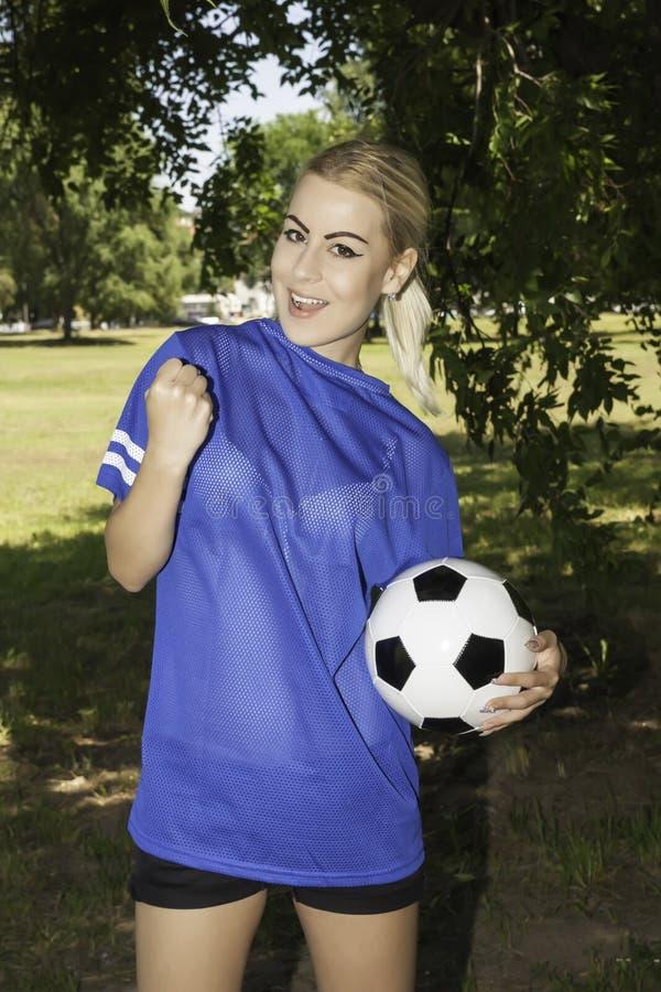 Footballeur féminin attirant photos stock