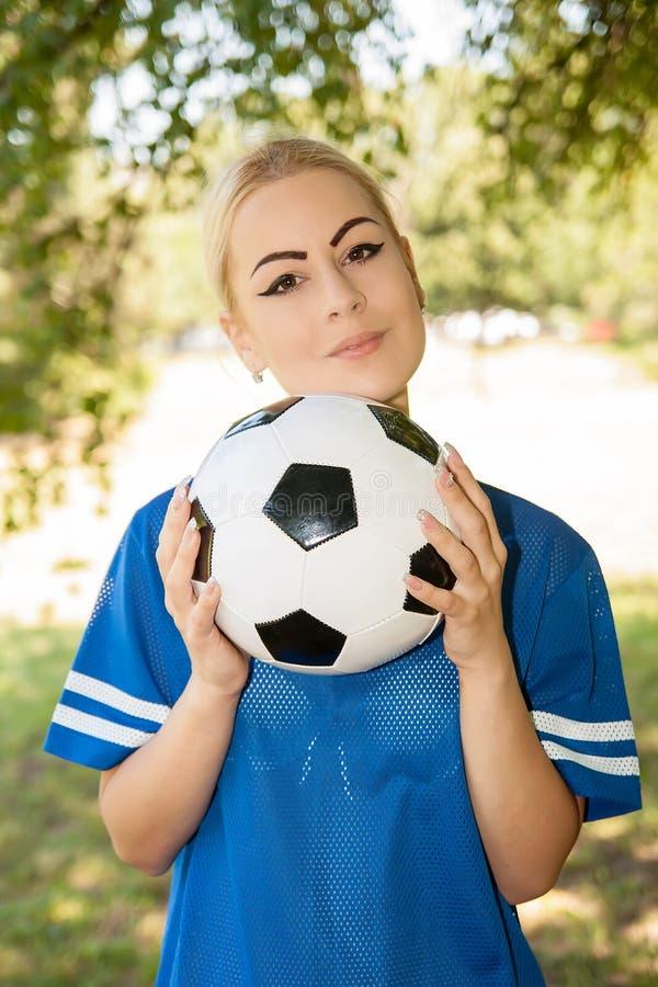Footballeur féminin sur le champ photos libres de droits
