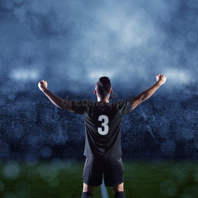 Footballeur hispanique célébrant une victoire photos libres de droits