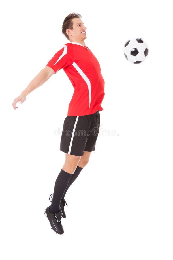 Footballeur professionnel donnant un coup de pied la bille photos stock