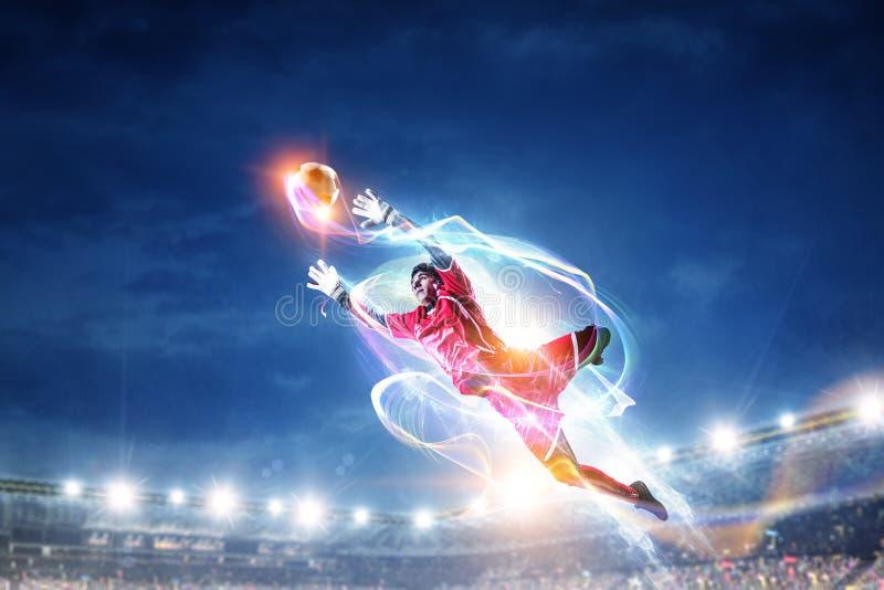 Footballeur sur le stade dans l'action Media m?lang? photos stock