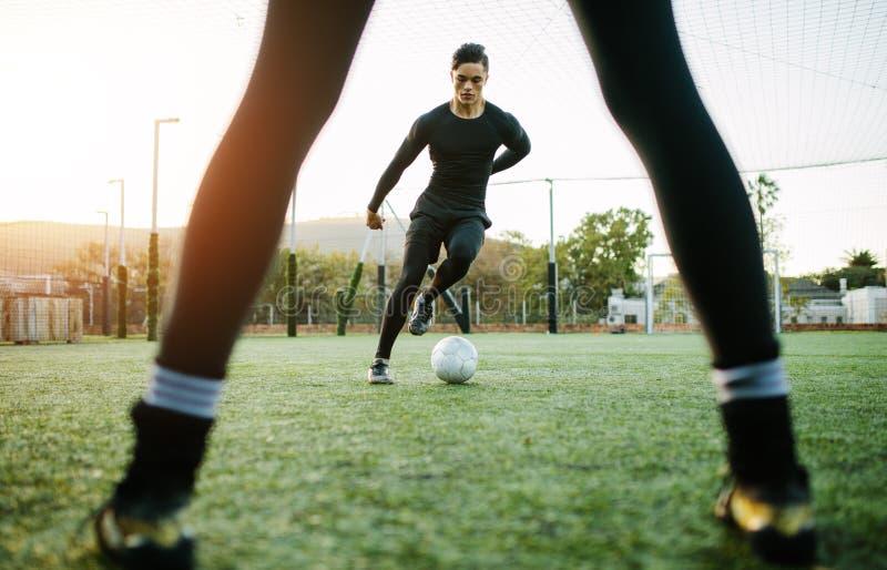 Footballeurs pendant la pratique photographie stock
