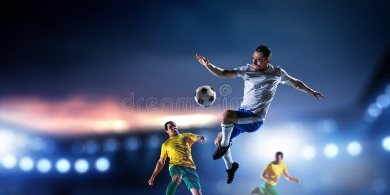 Footballeurs sur le stade dans l'action Media m?lang? photos libres de droits