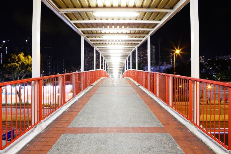 Footbridge в городе стоковые фотографии rf