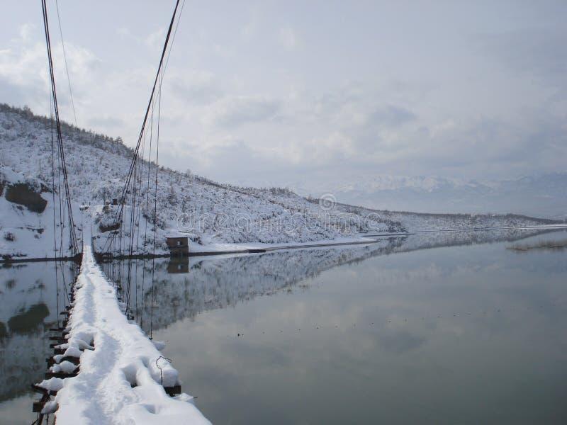 Footbridge в зиме около Urakë, Албании стоковая фотография rf