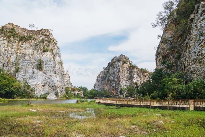 Footbridge, гора и вид на озеро в Khao Ngu облицовывают парк в Ratchaburi стоковое изображение